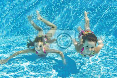 Glücklich lächelnd Unterwasser-Kinder im Schwimmbad, Kinder sport