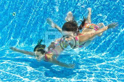Glücklich lächelnd Unterwasser-Kinder in Pool im Urlaub