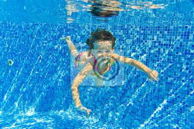Glücklich lächelnde Unterwasser Kind im Schwimmbad, Sommerurlaub