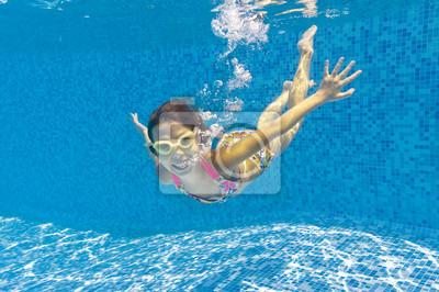 Glücklich lächelnde Wasserkind im Schwimmbad