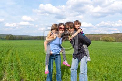 Glückliche Familie im Freien Spaß im Urlaub