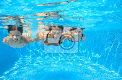 Glückliche Familie schwimmen unter Wasser im Pool, Spaß im Urlaub
