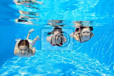 Glückliche Familie unter Wasser schwimmen im Pool und Spaß