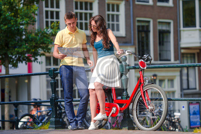 Glückliche Familie Urlaub auf Fahrrädern in alten Straßen in Amsterdam