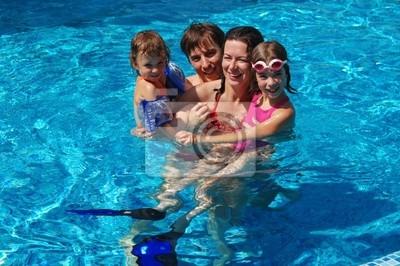Glückliche Familie von vier im Schwimmbad