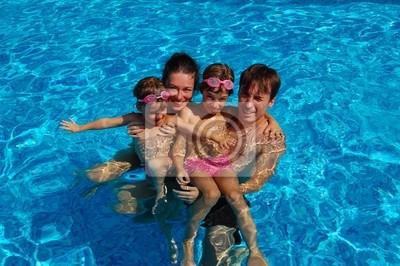 Glückliche Familie von vier Spaß im Schwimmbad