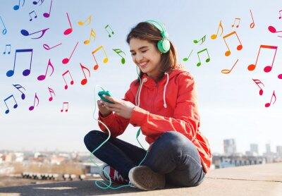 Poster glückliche junge Frau mit Smartphone und Kopfhörer