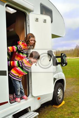 Glückliche Kinder inr Wohnmobil (RV), Familie Urlaubsreise in Wohnmobil