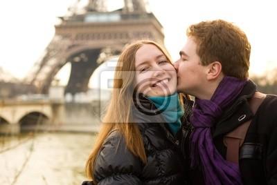 Glückliche liebevolle Paare in Paris, Küssen von dem Eiffel-Turm