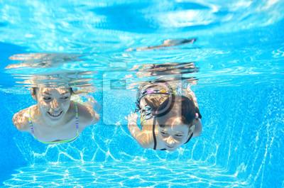 Glückliche Mädchen unter Wasser schwimmen im Pool, Spaß im Urlaub