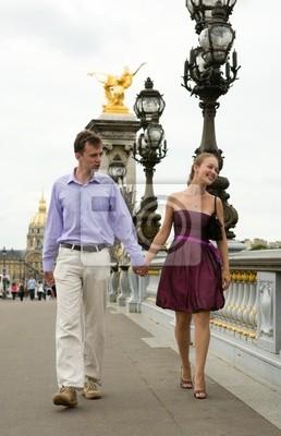 Glückliche romantische Paare in Paris, über die Brücke