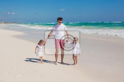 Glücklicher Vater und seine entzückende kleine Töchter auf sonnigen Tag