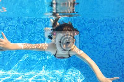 Glückliches Kind schwimmt unter Wasser im Pool, Mädchen Spaß