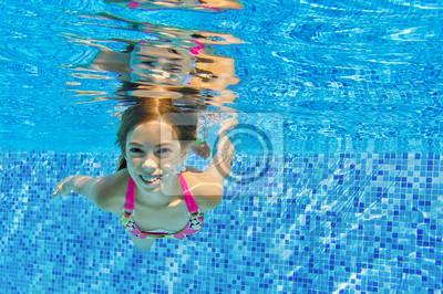 Glückliches Kind schwimmt unter Wasser im Pool, Spaß auf Familienurlaub
