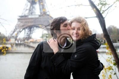 Glückliches Paar in Paris im Herbst
