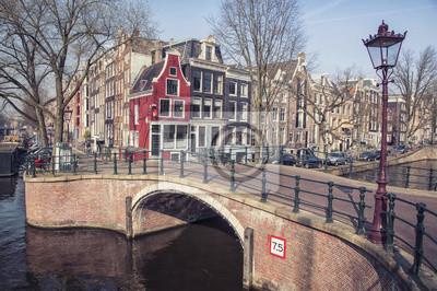 Grachten von Amsterdam, Niederlande. Brücke in der Stadt mit Häusern