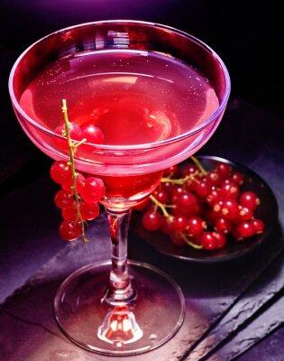 Poster Granatapfel-Cocktail-Dekoration roten Johannisbeere Zweig auf schwarzem Hintergrund. Cocktailkarte 85.