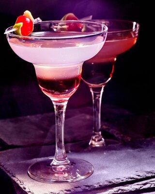 Poster Granatapfel trinken mit Kirsche auf schwarzem Hintergrund. Cocktail-Karte 90.