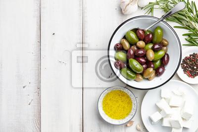 Griechische küche zutaten: frische oliven mischung, feta-käse ...
