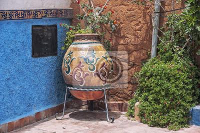 Große Blume jar in den Straßen der Kasbah des Udayas in Rabat