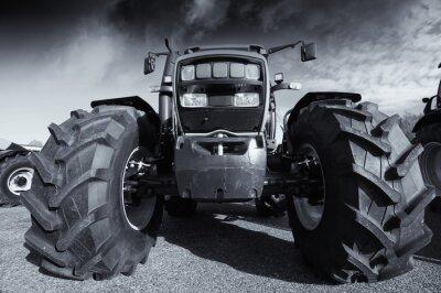 Poster Große Landwirtschaft Traktor unter einem stürmischen Himmel
