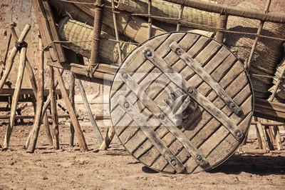 Großes Rad von einem Wagen Wagen mit Heu. Marokkanischen Dorf