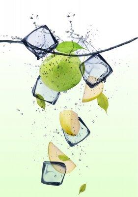 Poster Grüne Apfelscheiben mit Eiswürfeln