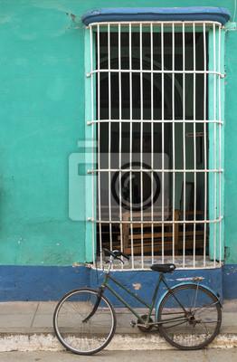 Grünes Fahrrad vor einem Haus im Kolonialstil in Trinidad, Kuba