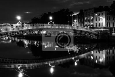 Ha Penny Bridge in Dublin, Irland in der Nacht. Schwarz und weiß