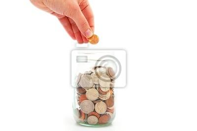 Hand setzen Penny in eine Münze Jar, Geld zu sparen