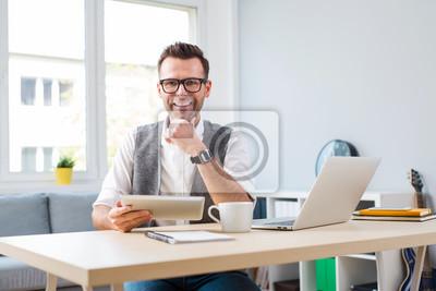 Happy Mann Zu Hause Buro Arbeiten Am Laptop Wandposter Poster