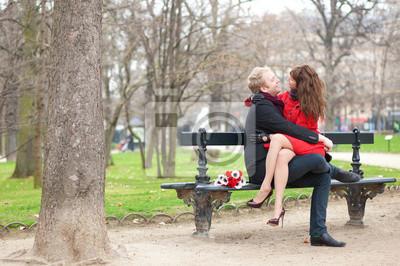 Happy romantische Paar umarmt auf einer Bank
