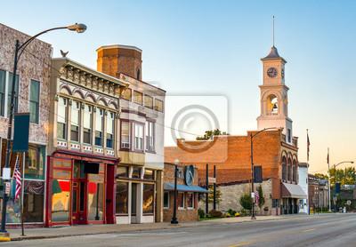 Poster Hauptstraße einer malerischen, klassischen Kleinstadt im Mittelwesten Amerika mit Schaufenstern und einem Glockenturm