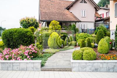 Haus Vorgarten Mit Blumen Und Baumen In Vaduz Lichtenstein