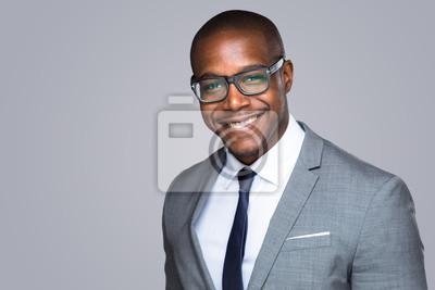 Poster Headshot der erfolgreichen lächelnd fröhlich african american geschäftsmann executive stilvolle firmenführer