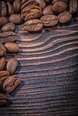 Poster Heap von Kaffeebohnen auf Vintage Holzbrett Draufsicht