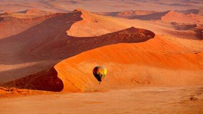 Poster Heißluftballon im Flug gegen orange Sanddünen in Sossusvlei Namibia