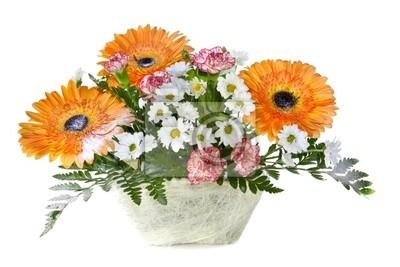 Helle Blumen-Bouquet im Korb isoliert über weißem Hintergrund