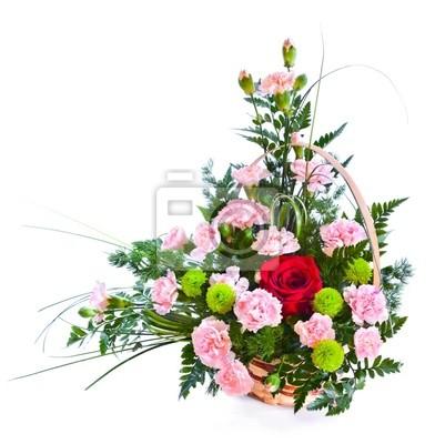 Helle Blumenstrauß im Korb isoliert über weißem Hintergrund