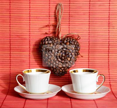 Herz von Kaffeebohnen und Kaffeetasse (Valentine. Valentinstag