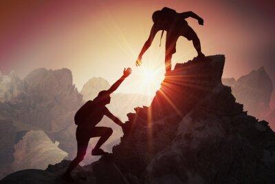 Poster Hilfe- und Unterstützungskonzept. Schattenbilder von zwei Leuten, die auf Berg klettern und helfen.