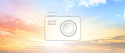 Poster Hintergrund des bunten Himmelskonzepts: dramatischer Sonnenuntergang mit Dämmerungsfarbe Himmel und Wolken