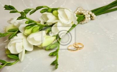 Hochzeitskarte. Zwei goldene Ringe mit Brautschleier und Blumen