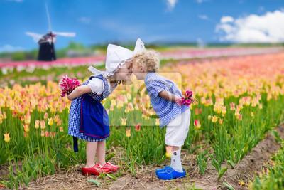 Poster Holländische Kinder im Tulpenfeld