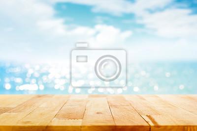 Poster Holz Tischplatte auf Unschärfe funkelnden Meerwasser und Sommer Himmel Hintergrund