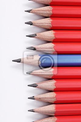 Holzbuntstifte isoliert auf weißem Hintergrund. Leadership-Konzept.