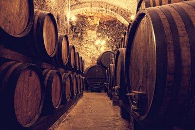 Poster Holzfässer mit Wein in einem Weinkeller, Italien