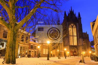 Hooglandsekerkgracht Blick auf die Rückseite des Hooglandse Kirche in Leiden in der Dämmerung im Winter mit Schnee in den Niederlanden