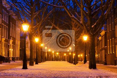 Hooglandsekerkgracht in Leiden in der Dämmerung im Winter mit Schnee