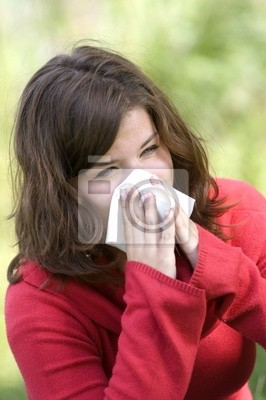 Hübsche Frau niesen . Allergie-Saison